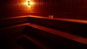 Prostorná prohřívárna finské sauny Nad Džbánem na UK FTVS v Praze 6.